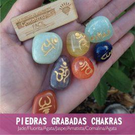 Piedras grabadas de los chakras
